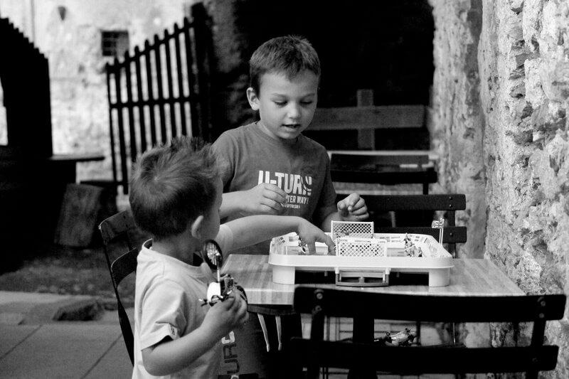 enfants italiens en trains de jouer dans un vieux village de campagne près de la torréfaction artisanale