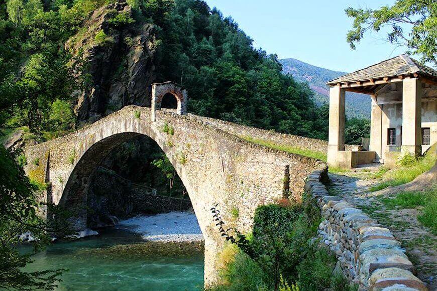 Promenade au Pont du Diable de Lanzo Torinese, Piémont, Italie